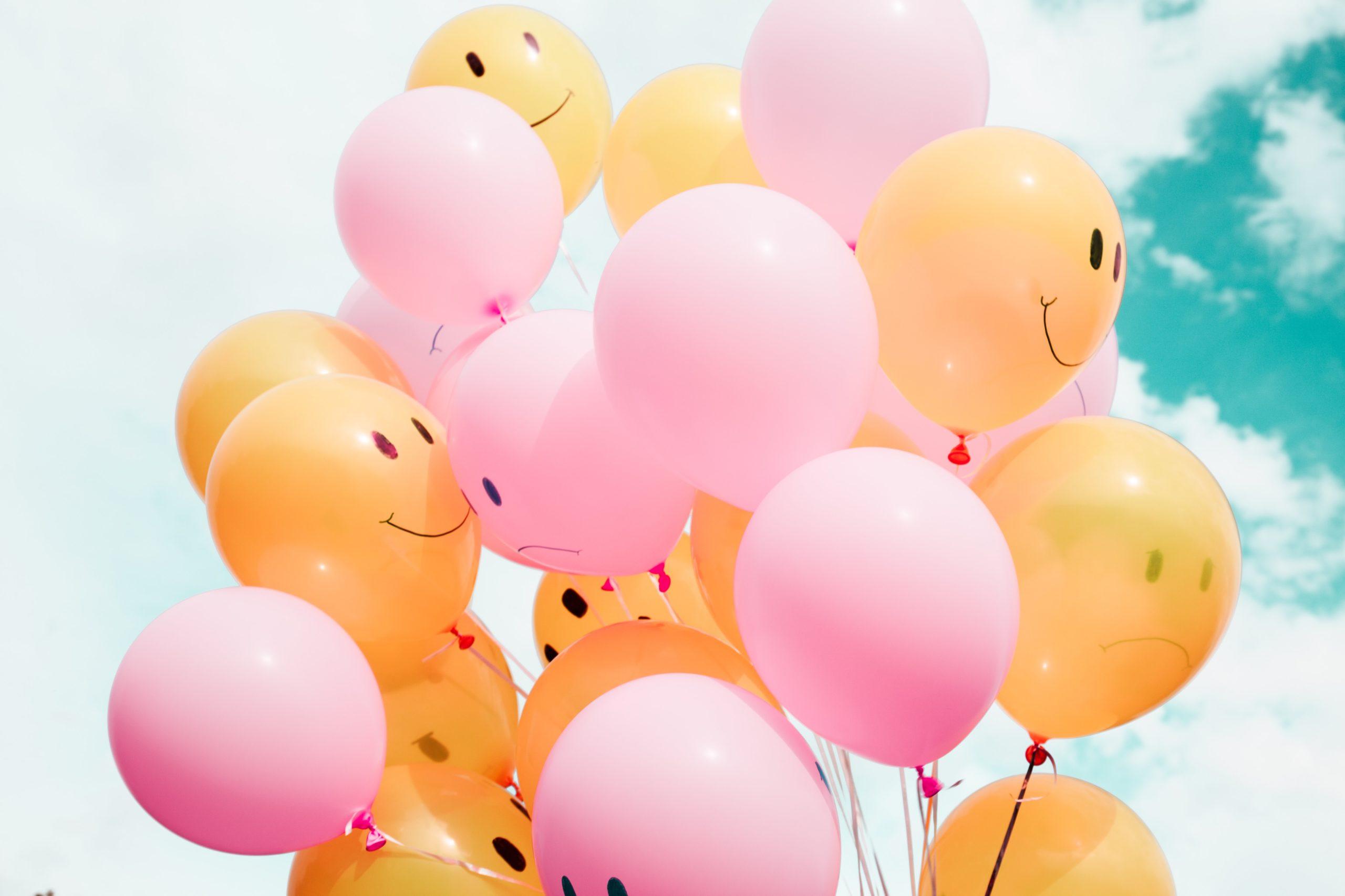 Luftballons mit Gesichtern